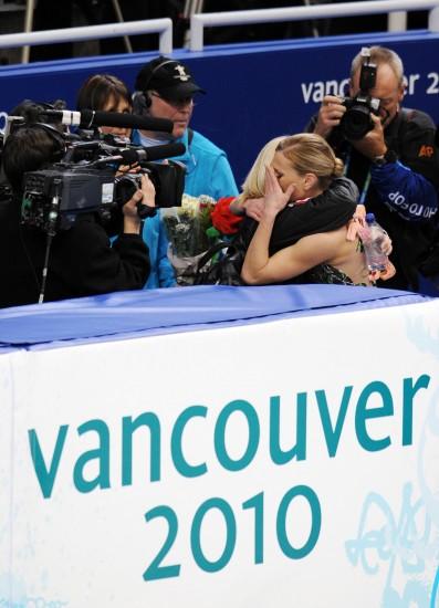 图文-花样滑冰女子单人短节目加拿大选手泪拥教练