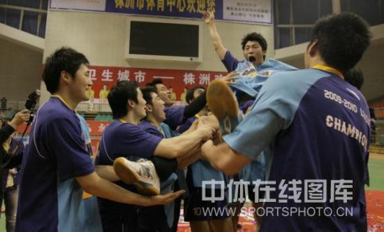 图文-男排总决赛上海队夺冠沈琼被队友抛起庆祝