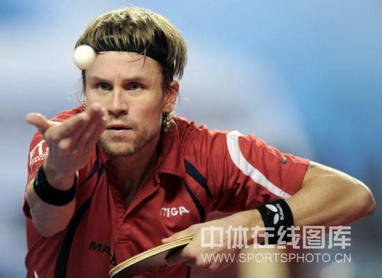图文-广州国际乒乓球精英赛战况梅兹专注发球