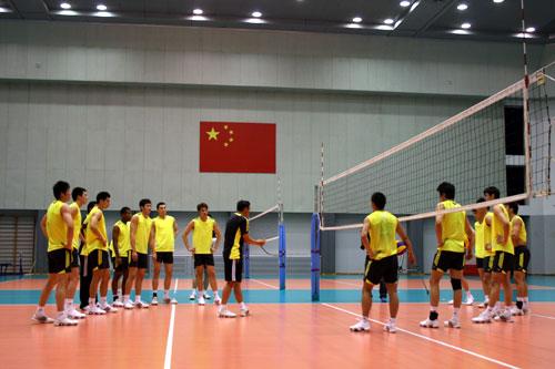 图文-中国男排2010首次公开训练国旗下听主帅安排