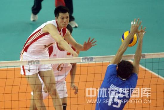图文-世界男排联赛中国0-3意大利张晨进攻受阻