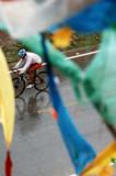 中国选手在比赛中骑行