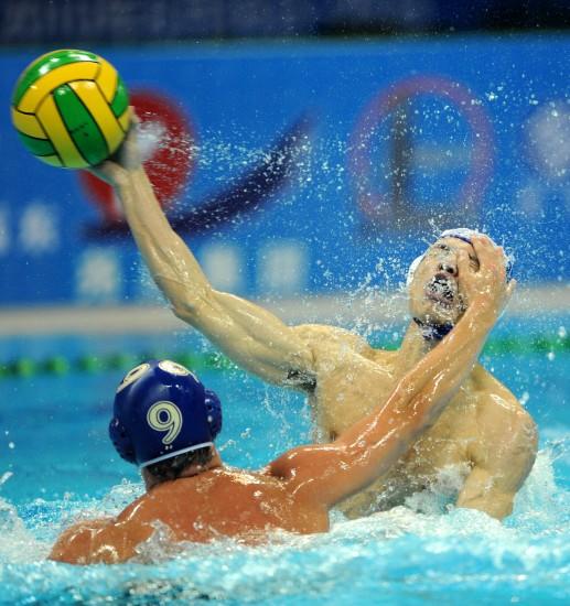 图文-水运会男子水球决赛赛况陈景豪进攻受阻