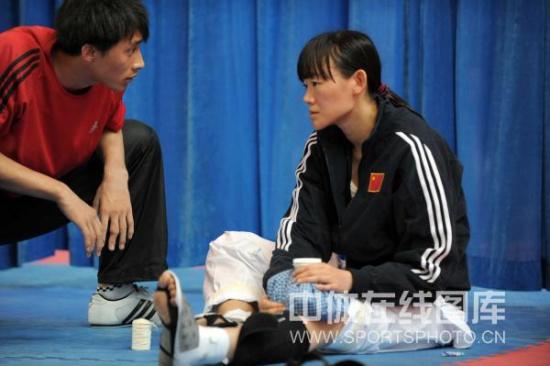 图文-跆拳道队亚运选拔赛李来询问罗薇的伤情