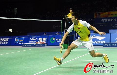 图文-羽毛球大师赛男单决赛谌龙奋力回球瞬间