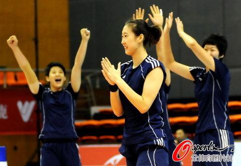 图文-中国女排中秋加练备战杨婕与队友欢呼