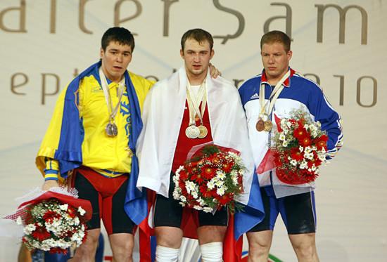 图文-举重世锦赛男子94公斤级总成绩前三名合影