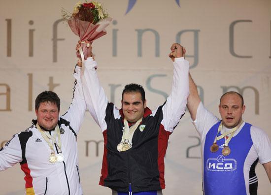 图文-举重世锦赛男子+105公斤级前三名力士合影