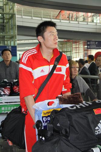 图文-中国男排结束世锦赛征程回京接应老将袁志