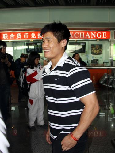 图文-中国举重队世锦赛归来吕小军横条衫很帅气