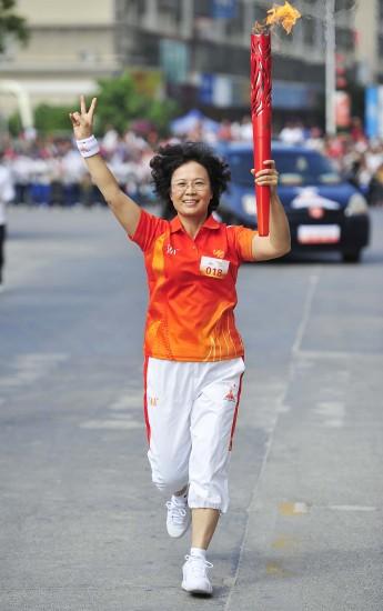 图文-广州亚运会火炬传递汕尾站火炬手李丽婷