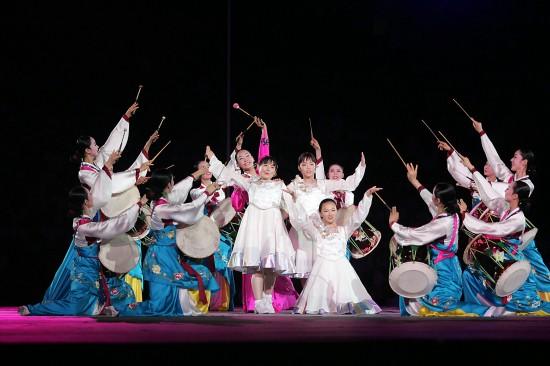 韩国女子歌唱组合在闭幕式上进行歌舞表演