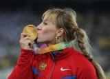 俄女将亲吻金牌