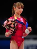 科莫娃展示银牌