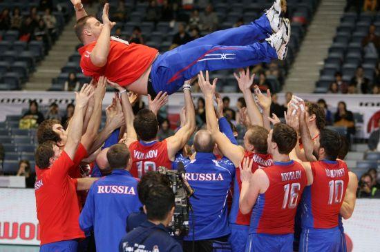 俄罗斯男排举起主教练庆祝夺冠
