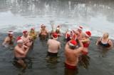 集体下水庆祝圣诞