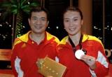 许安琪和教练展示金牌