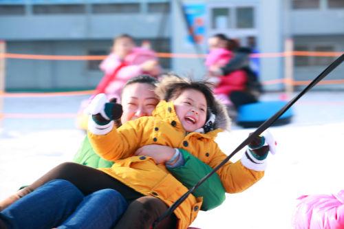 青岛首届冰雪嘉年华启幕 滑雪乐园成亮点