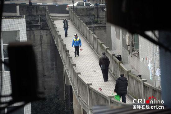 行人在天桥上穿行。