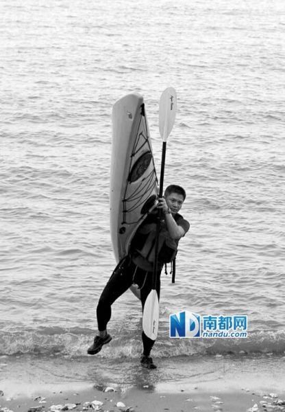 闪米特扛着独木舟上岸。图片由闪米特本人提供。