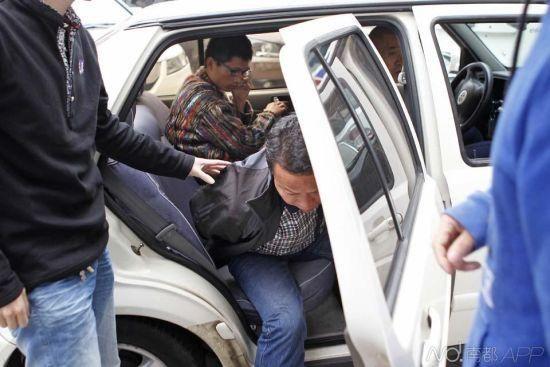 9日下午,丢失自行车的第二天,华强北派出所通知王平安(后)抓到知情的偷车嫌犯(前),一同寻找被盗的车。