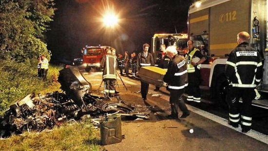 """殡仪馆人员收殓司机尸体 左侧为""""分身碎骨""""的R8跑车。"""