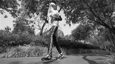 老人每天跑12-16km获大英帝国勋章。