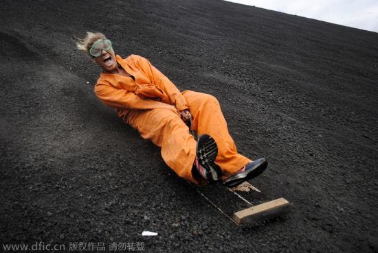 尼加拉瓜兴起火山滑板 勇者用生命挑战极限_滑