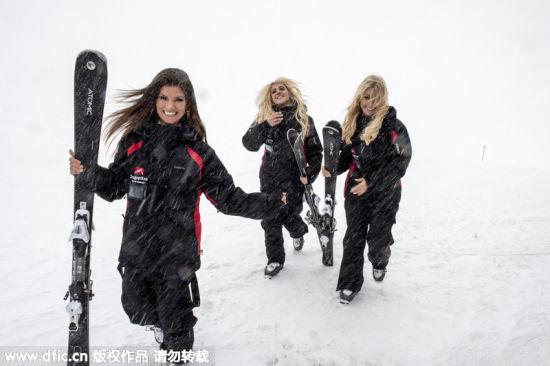 性感兔女郎黑丝抹胸雪天滑雪攀登楚格峰。
