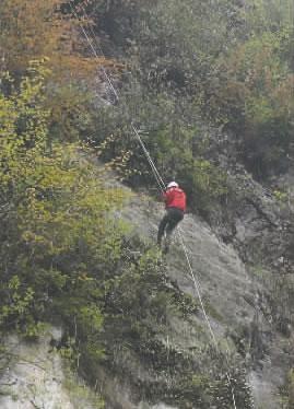 四川两游客银厂沟被困 消防攀百米悬崖救人