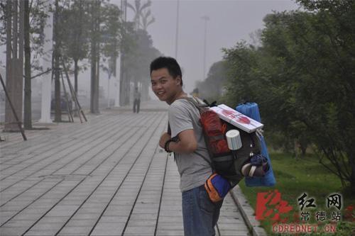 小伙为挽回女友徒步400公里搜集示爱照片。