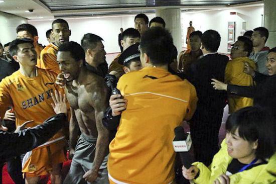 赛后球员通道发生冲突