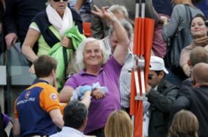 法网球场夹板坠落砸伤球迷比赛被迫中断40分钟