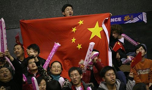 图文-联合会杯首轮中国队1-0法国队五星红旗飘扬
