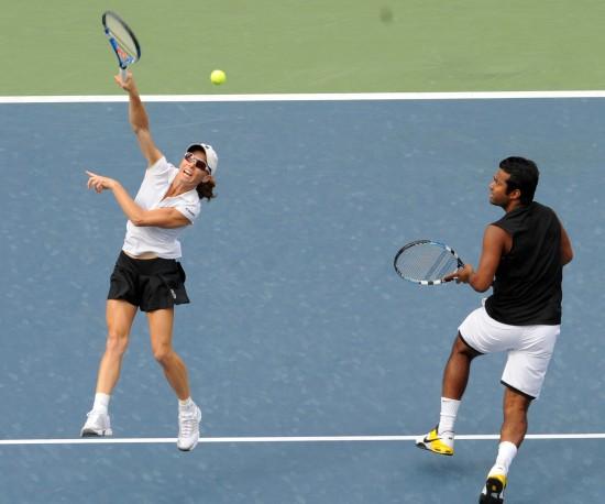图文-帕洛特组合夺得美网混双冠军艰难回球