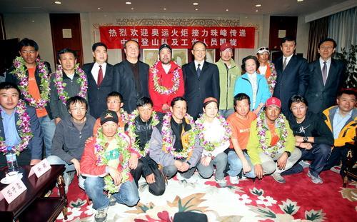 登山队员及工作人员与前来迎接的领导合影