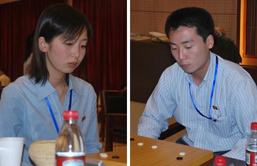 右为朝鲜棋手朴虎吉,左为赵新星(资料图)
