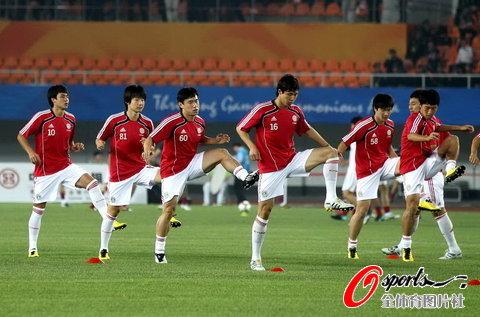 图文-亚运会中国男足VS韩国 国奥赛前踩场训练