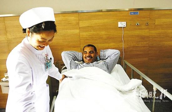 护士精心照料也门裁判Saleh Noor