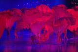 演员舞动红扇