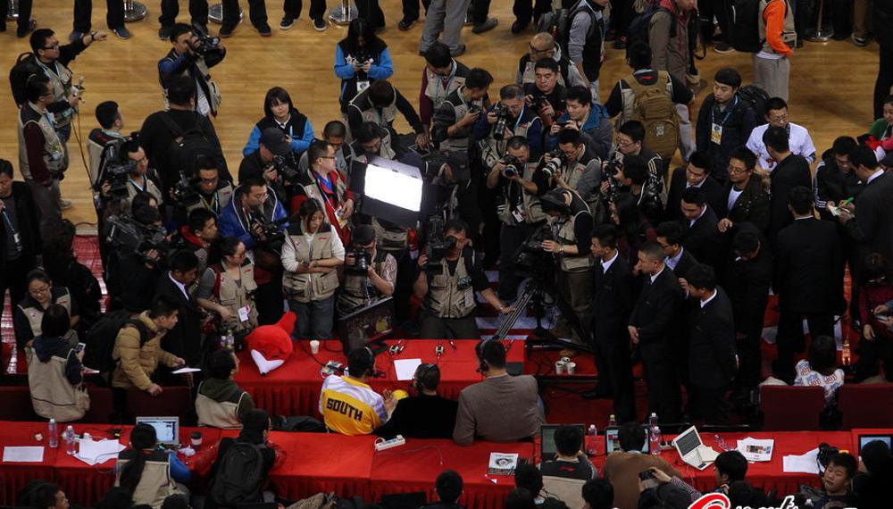 CBA全明星正赛 王治郅赛后被海量记者围堵