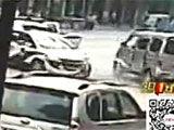 监拍面包车疯狂撞人 警车正面强撞逼停