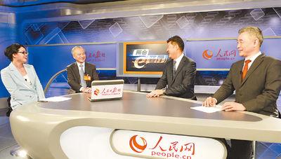 """""""两会e客厅""""邀请中国驻美国大使崔天凯委员(图左二)、来自香港的姚祖辉代表(左三)和中国国际问题研究所所长曲星(左四)共话中美关系中的热点问题。访谈由本报记者王恬(左一)主持。"""
