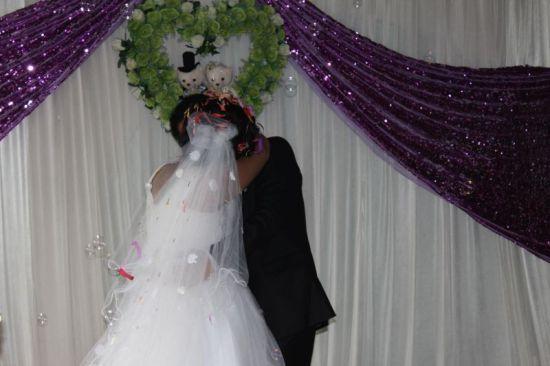 公务员小诚选择与一个拉拉形婚,减轻彼此在社会上的婚姻压力。