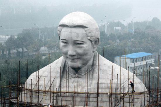 8层楼高的宋庆龄雕像