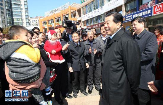 3月23日至28日,中共中央政治局常委、全国政协主席贾庆林在山东调研。这是3月25日,贾庆林在烟台黄海社区调研时与居民亲切交谈。新华社记者 姚大伟 摄