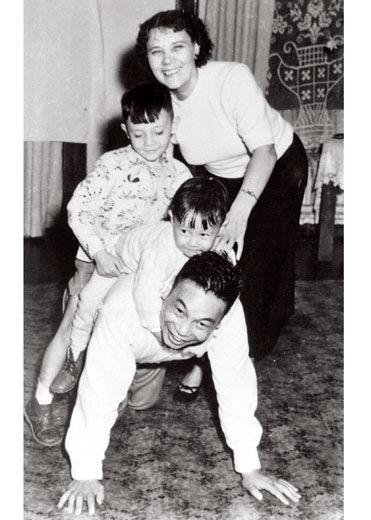 蒋经国和夫人蒋方良与子女的家庭照。