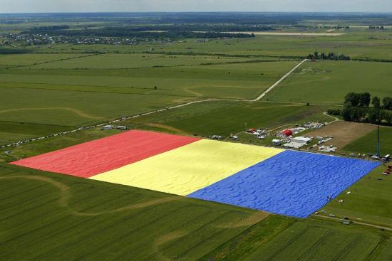 罗马尼亚制作世界最大国旗 可覆盖3个足球场重5吨(网页截图)