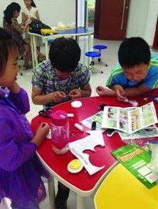 """学生在上海信息技术学校参加""""手工首饰制作""""体验活动"""